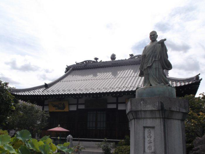 本堂と日蓮聖人像