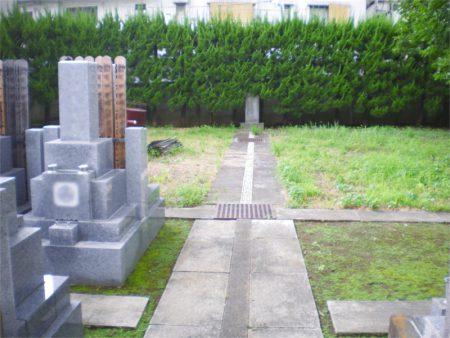 遍照寺 広々とした墓地